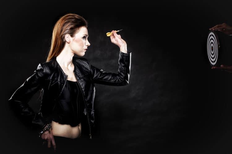 Punk meisje gooit dartpijl
